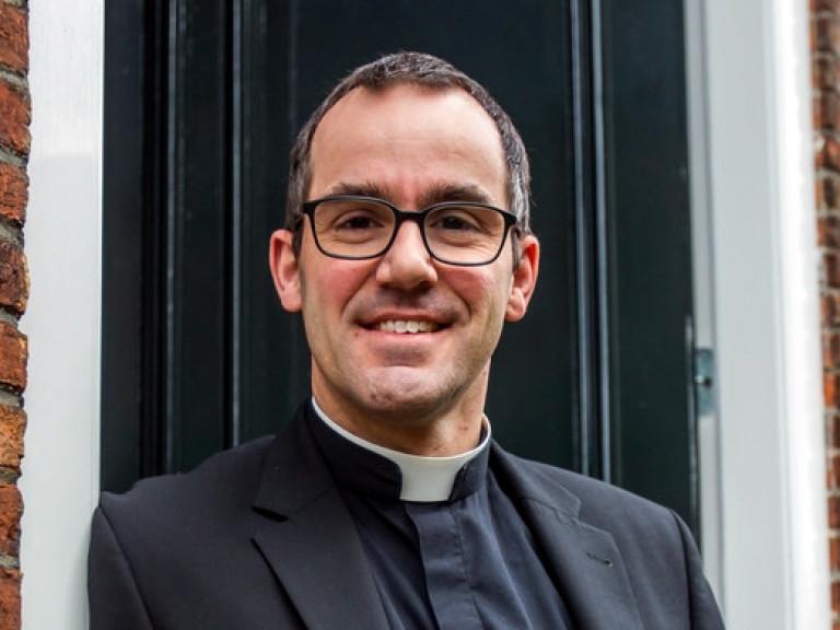 Foto van kapelaan Steijaert voor afscheidsbericht