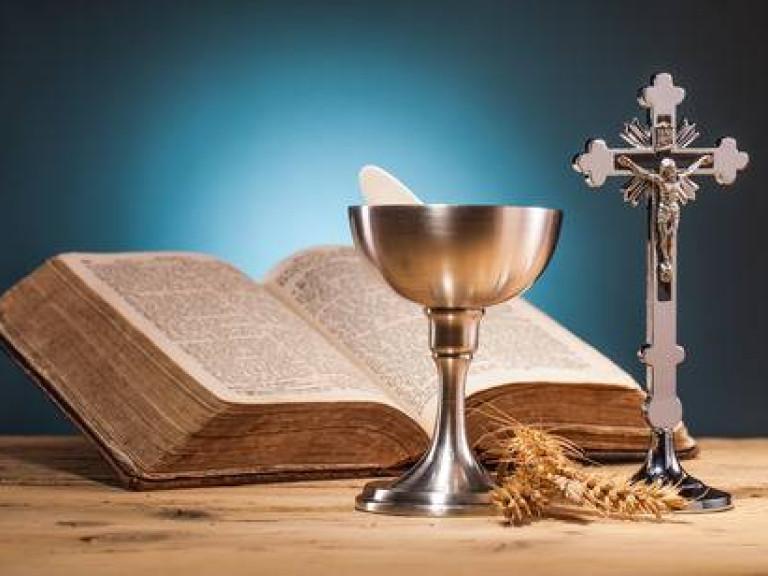 35350262-christelijke-heilige-communie-op-houten-tafel